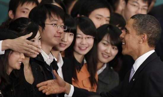 Таинственная красотка в чёрном за спиной Обамы стала популярна в интернете