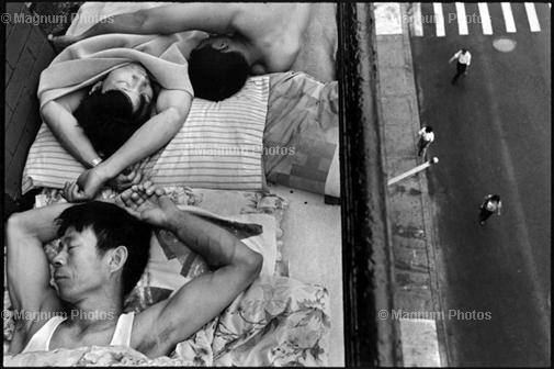США, Нью-Йорк. 1998. Иммигранты спят на площадке пожарной лестницы, спасаясь от летней жары.
