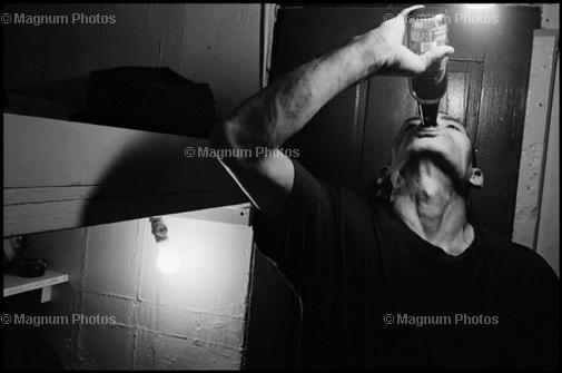 США, Нью-Йорк. 2004. Иммигрант пьет пиво в свое свободное время.