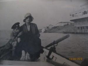 Серёжа с мамой на Сунгари / С. А. Арцишевский / Магазета