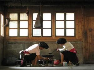 Дамы яо готовят обед на открытом огне в комнате / Катя Князева в Магазете