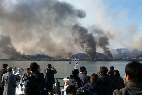 Столбы дыма, поднимающиеся от острова Йонпхендо
