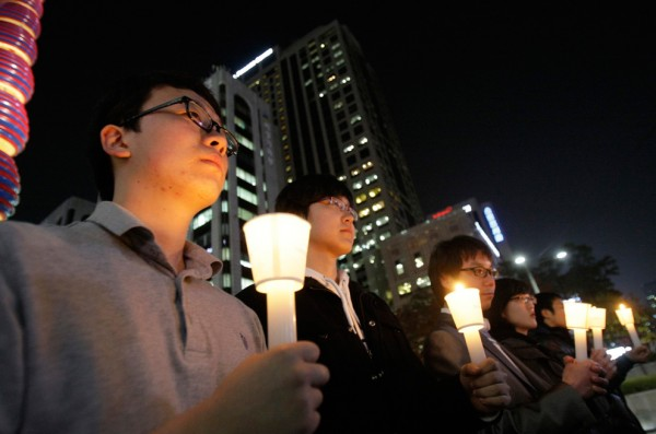 Южнокорейцы чтят минутой молчания память солдат, погибших в недавнем обстреле Северной Кореи, в Сеуле 23 ноября.