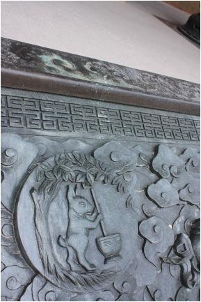 Изображение лунного зайца на ступенях в храме Цзин-ань-сы в Шанхае