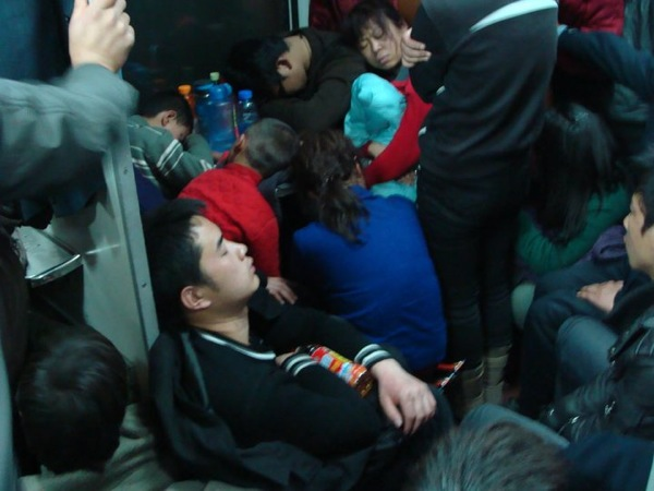 Нелегкий путь ночью / В вагоне китайского поезда