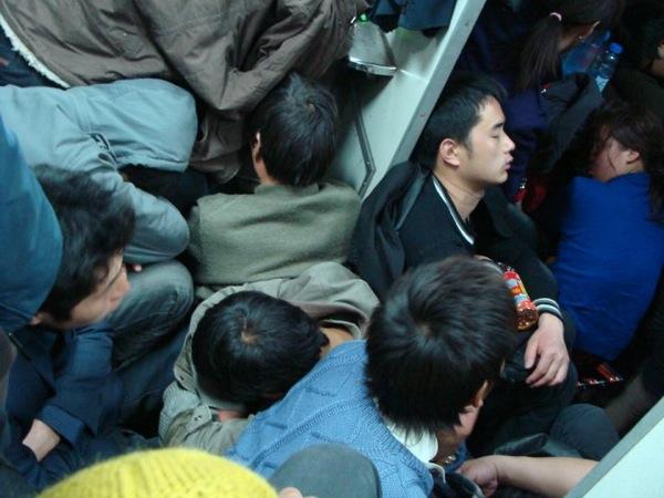 Опять кто-то идет, опять надо вставать... / В вагоне китайского поезда