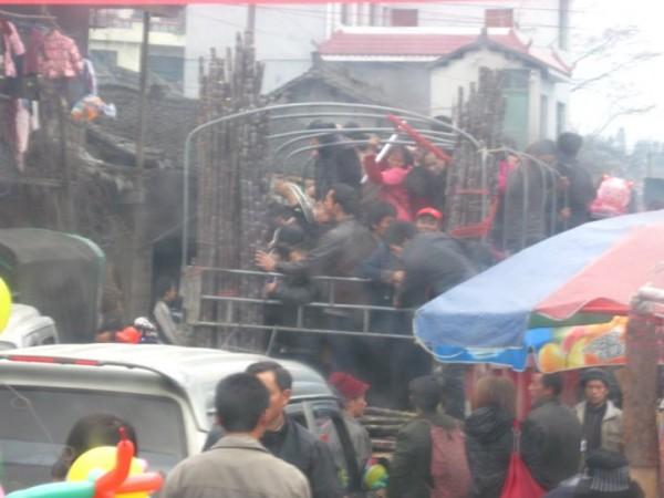 Люди, на грузовике спешащие на предновогоднюю ярмарку во время Чуньюнь, в одной из горных деревень народности Мяо