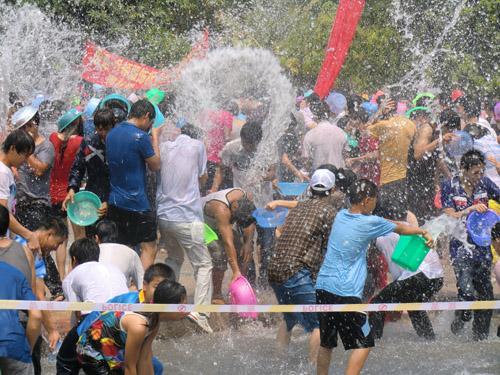 Праздник обливания водой в Сишуанбаньна (Китай)