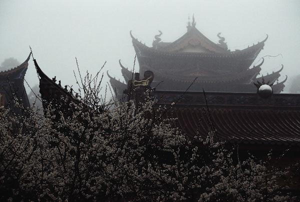 Очертания монастыря 昭明寺, горы Тяньмушань, Китай