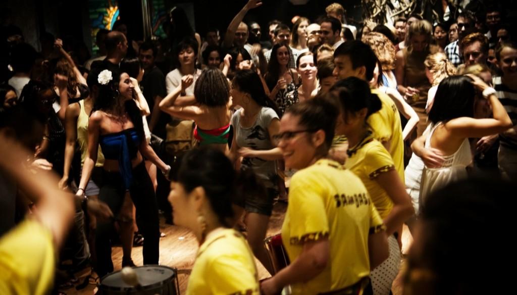 Бразильская вечеринка в поддержку «Центра заботы о детях мигрантов» прошла в Пекине