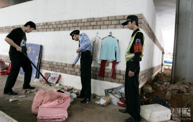 Шэньчжэньская полиция проводит облаву под эстакадой