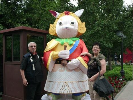У Храма Луны в Пекине. 2011. Сторожат Храм Луны лунные зайцы / Магазета