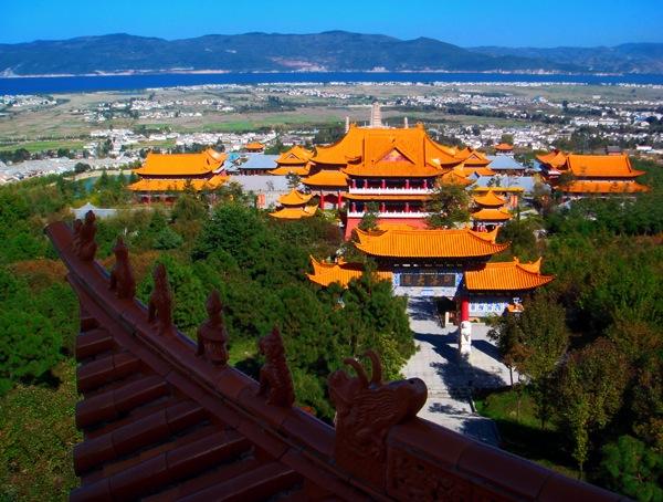 Вид с крыши Храма Чуншен на Три Пагоды и озеро Эрхай