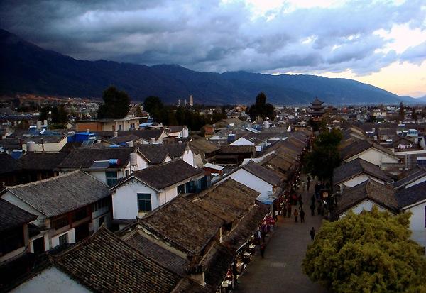 Вид на Старый город Дали и горы Цаншань с Южной Башни