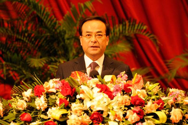 Другой классический сюжет – ответственный работник на трибуне и в цветах. (Бывший министр и нынешний провинциальный «партийный босс» Сунь Чжэнцай).