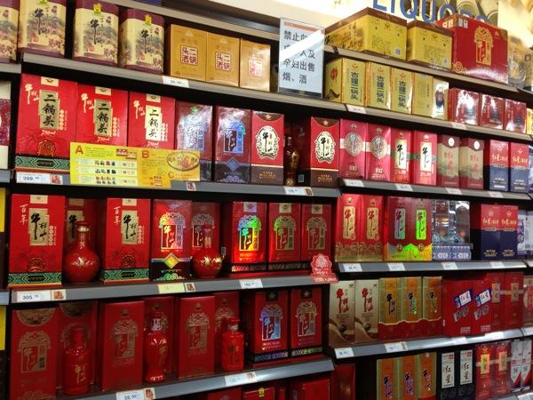 Стеллажи с алкоголем в супермаркетах КНР выглядят всегда одинаково.