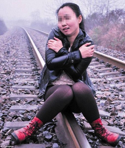 Китаянку сбил поезд во время фотосессии
