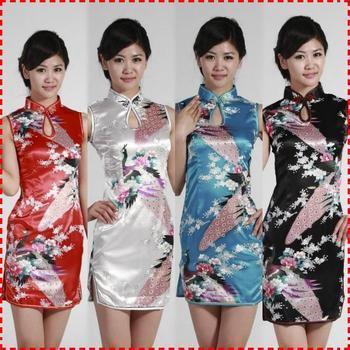 Директор китайской средней школы предложил ученицам носить облегающие платья-ципао