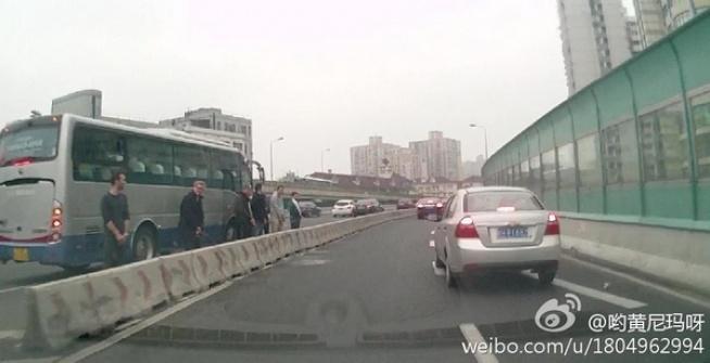 6 иностранцев в Шанхае помочились посреди эстакады