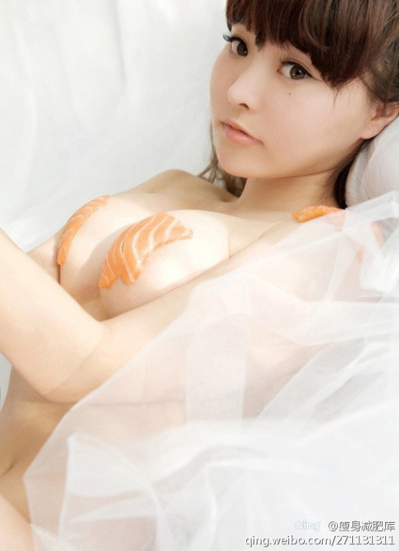 Китайская фотомодель Ли Юци и суши [16+]