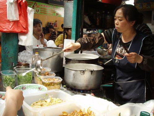 Здесь можно поесть  на месте суп или лапшу с разными добавками и зеленью, а можно взять любую еду  на вынос