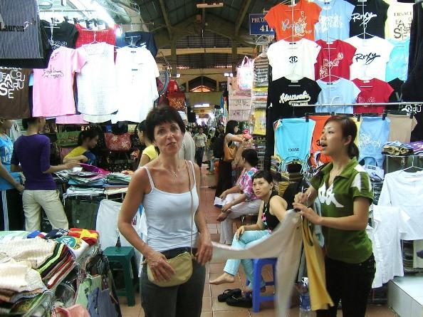 Здесь торгуют вьетнамки. Деваться им с рынка после его закрытия некуда – они тут же и живут
