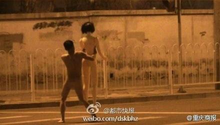 В Пекине голая женщина гналась за голым мужчиной с секс-кукла