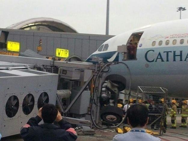 В гонконгском аэропорту обрушился телетрап-рукав, есть раненые