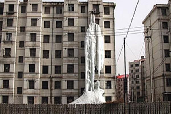 Китаец превратил многоквартирный дом в гигантскую сосульку