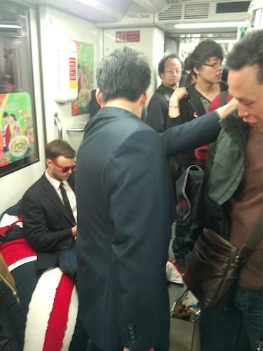 Иностранец в шанхайском метро нашел оригинальный способ всегда иметь место для сидения