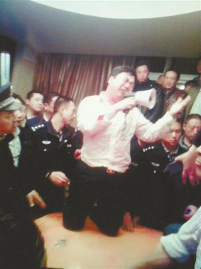 Китайский чиновник встал на колени и публично извинился в мегафон за растраты