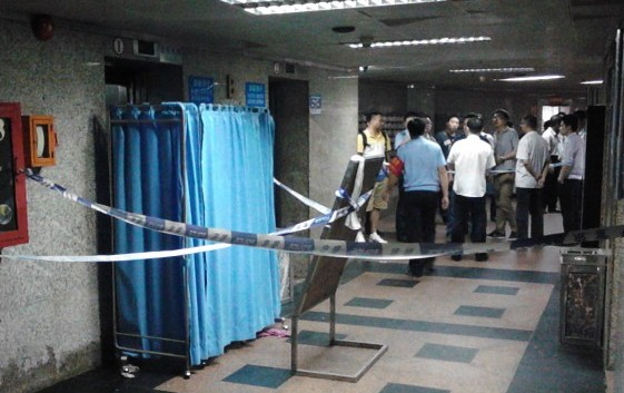 В Шэньчжэньской больнице упал лифт, разорвав медсестру на части