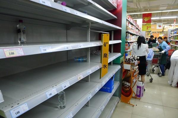 Крушение сухогруза с известняком вызвало ажиотажный спрос на питьевую воду в китайском городе