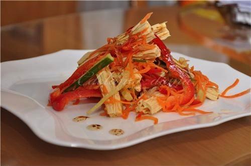многокомпонентный овощной салат с фучжу и грибами