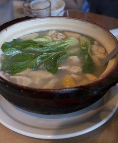 Суп из фучжу с травами, тофу, морковью, чесноком и грибами