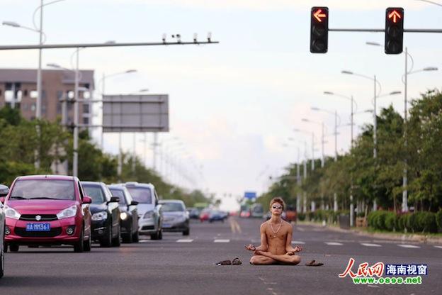 Голый иностранец просидел в позе лотоса на перекрестке в Хайкоу