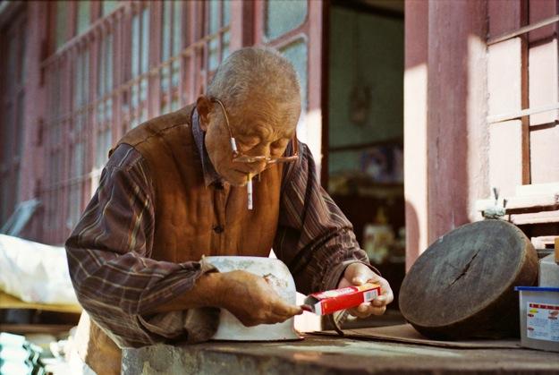 Гражданин чинит горшочек