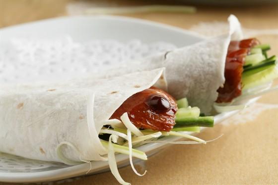 Блинчики из рисовой муки с порциями пекинской утки