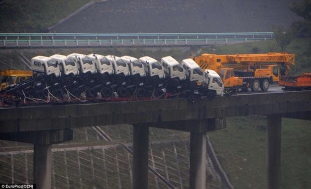В Китае с моста едва не вылетел тягач с 9 грузовиками
