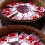 Китайский богач подарил невесте 8 888 800 юаней в корзинах весом 102 кг