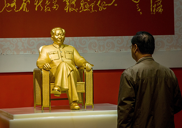 Китай показал золотую статую Мао Цзэдуна