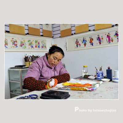 Няньхуа, изготовленные традиционным способом, раскрашивают вручную