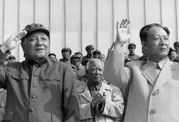 Официально правящую партию возглавляет товарищ Ху Яобан (справа), либерал, реформатор и большой друг молодежи. Фактически принятие всех ключевых решений контролирует товарищ Дэн Сяопин (слева) - 82-летний консервативно настроенный прагматик