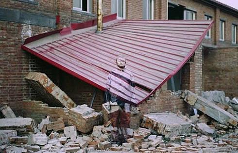 """""""Урбанистический камуфляж # 1"""", фотография, сделанная на фоне разрушенной студии в ноябре 2005 г."""