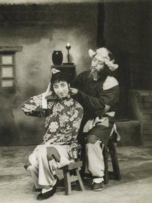 """Ли Шаочунь и актрисса Ду Цзиньфан в опере """"Седая девушка"""". Премьера спектакля состоялась в 1945 г."""