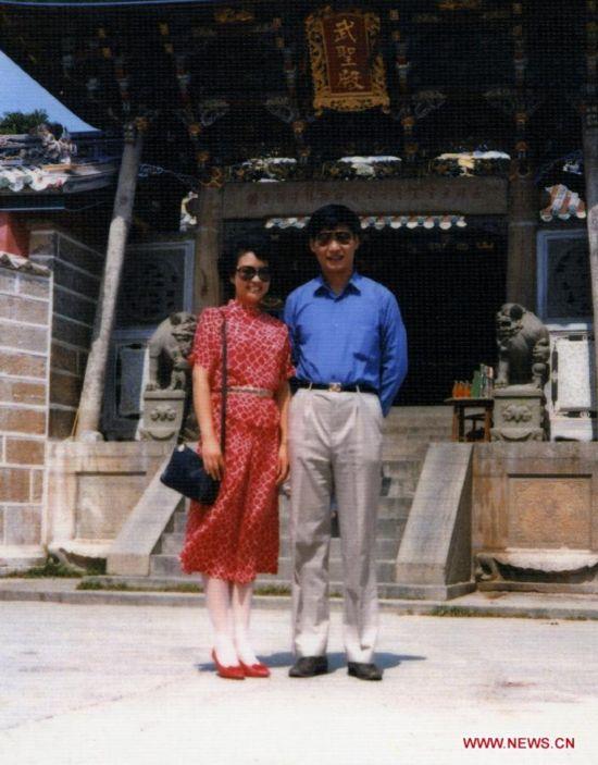 Молодой и перспективный руководитель с очаровательной супругой. Си Цзиньпин, с приветом из Фуцзяни. 1986.