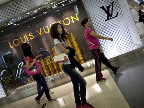 china-luxury-shoppers-louis-vuitton-women-beijing-china