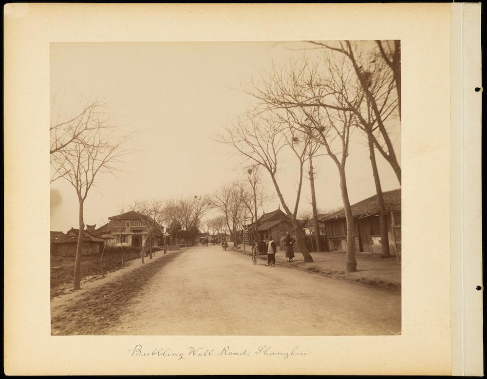 Улица Bubbling Well (Бурлящего колодца) в 1880-е годы. Источник: Getty Museum LA