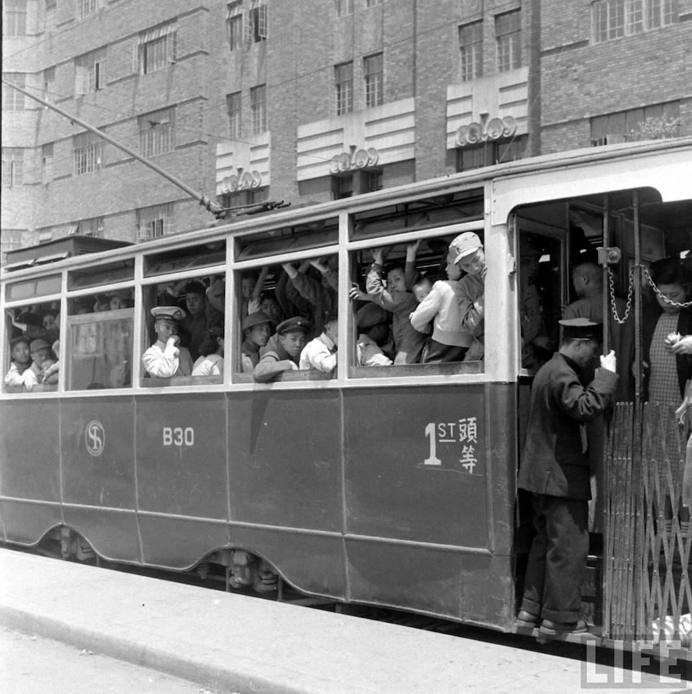 Трамвай проезжает мимо Broadway Mansions в 1949 году. Фото: Jack Birns