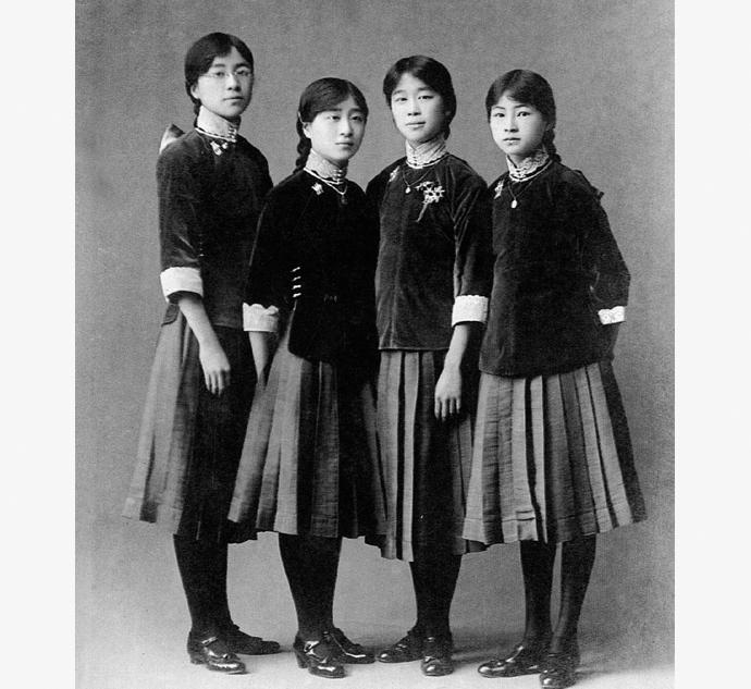 Будущий архитектор Линь Хуэйинь и ее одклассницы в женской школе в Пекине, 1916 года. Источник: chinadaily.com
